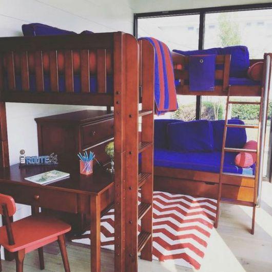 Treliche de madeira com roupa de cama azul.