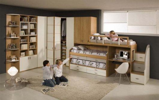 Treliche com armários e escrivaninha na cor madeira e branco.