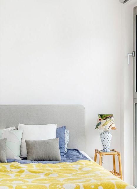 abajur para quarto de casal com cúpula de pássaros e base de bolinhas azuis