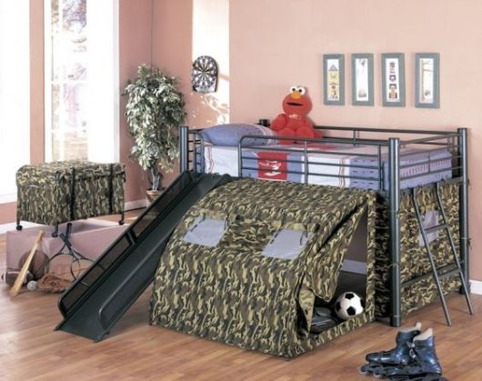 cama alta com escorregador e barraca na parte de baixo