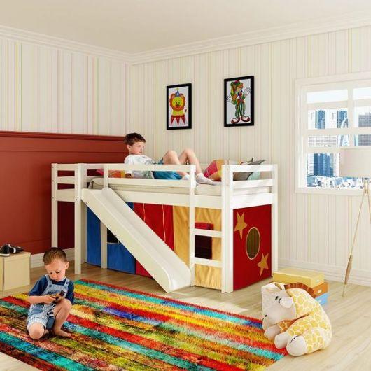 cama alta escorregador e capa colorida embaixo