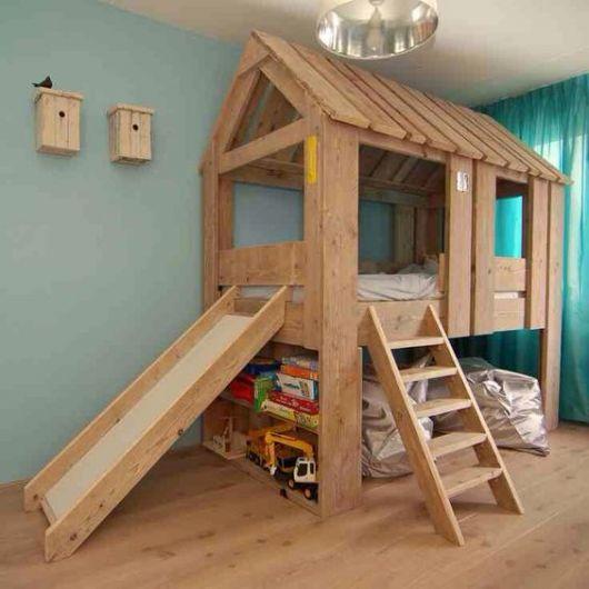 cama alta com escorregador e espaço para guardar objetos embaixo