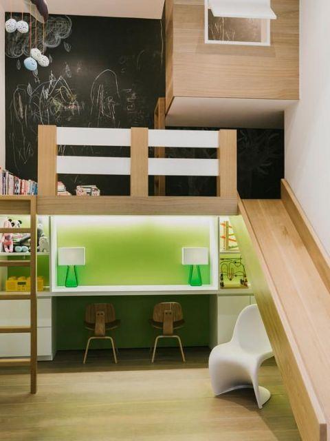 cama alta com escorregador e mesa embaixo