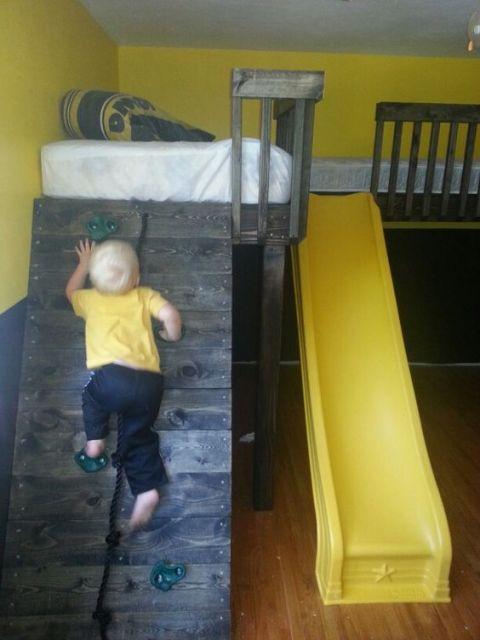 beliche com escorregador e parede de escalada