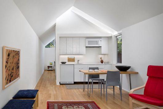 cozinha branca junto da sala,.