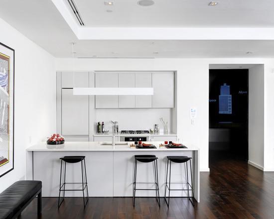 modelo de cozinha toda branca com banquetas pretas.