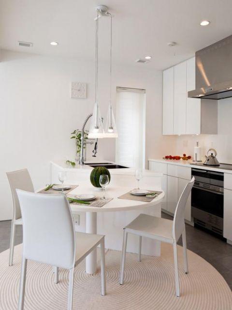 Cozinha toda branca, tamanho médio.