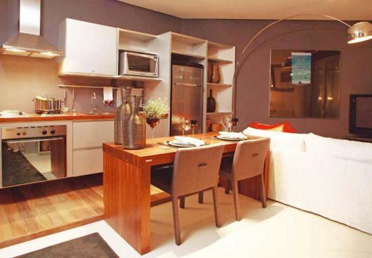 Modelo de cozinha marrom com branco.