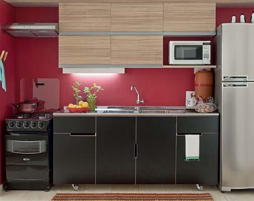 Cozinha com armario preto, parede vermelha e armario aereo em cor de madeira.