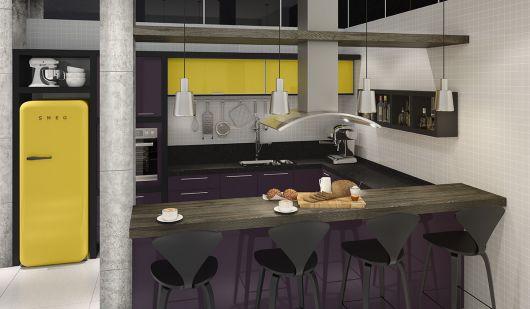Modelo de cozinha com armarios amarelo e roxo e banquetas em preto.
