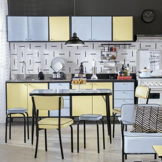 modelo de cozinha com papel de parede cinza, armarios na cor azul e amarelo e preto.