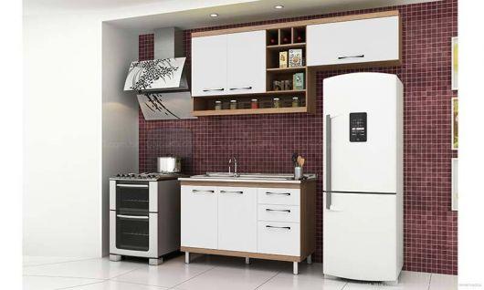 Modelo de cozinha com parede bordô e cozinha branca.