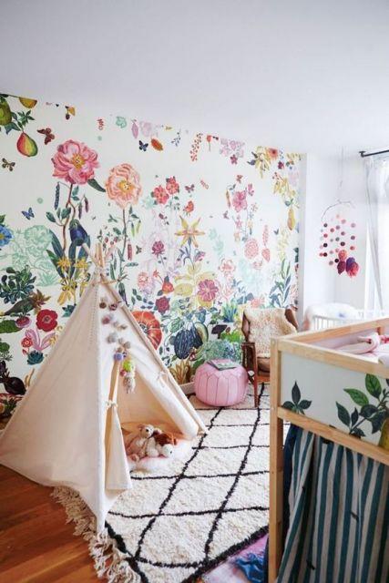 papel de parede branco com flores coloridas em quarto de bebê feminino