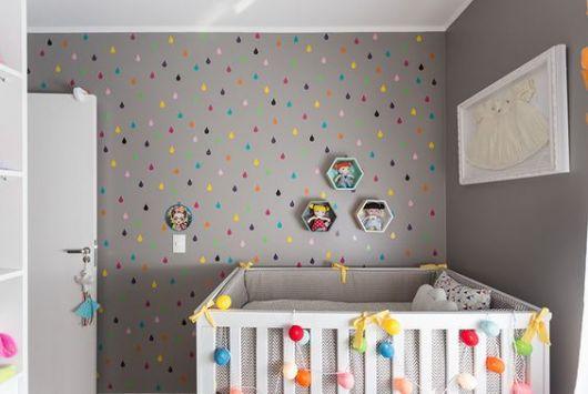 papel de parede cinza com gotinhas de chuva coloridas