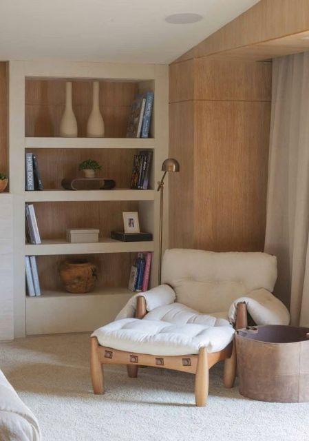 poltrona de madeira com almofadas brancas