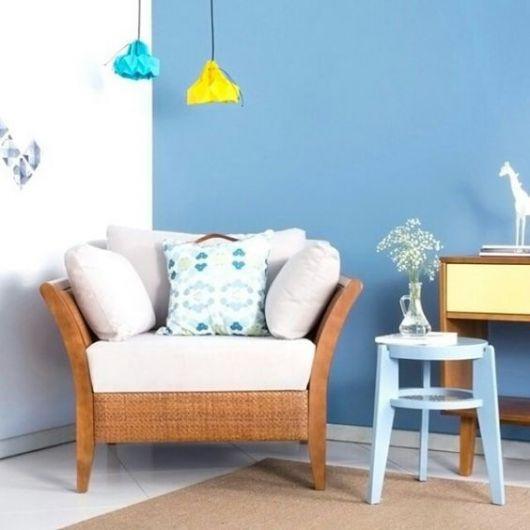 poltrona de madeira com assento branco