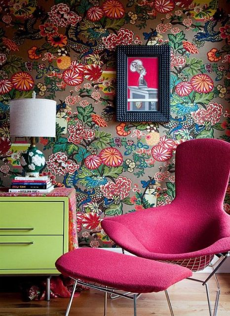poltrona rosa pink com papel de parede florido ao fundo