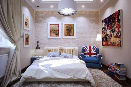poltrona com estampa da bandeira da Inglaterra em quarto de casal