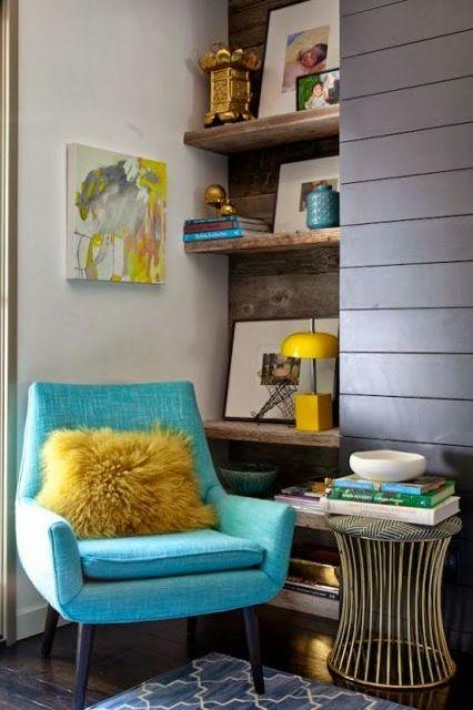 poltrona azul com almofada amarela