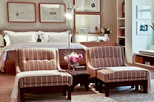 poltronas em quarto de casal na beirada da cama