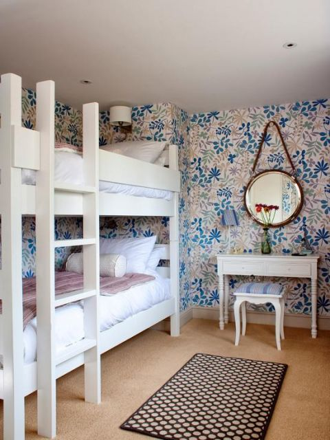 quarto com móveis brancos