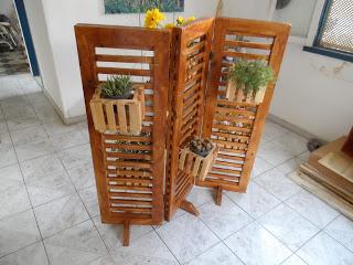 modelo de madeira com plantas