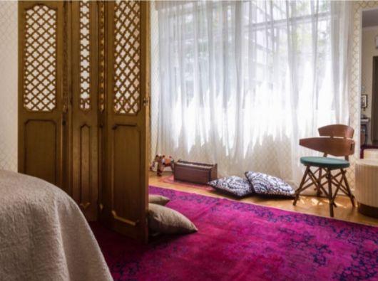 quarto decorado com biombo de madeira
