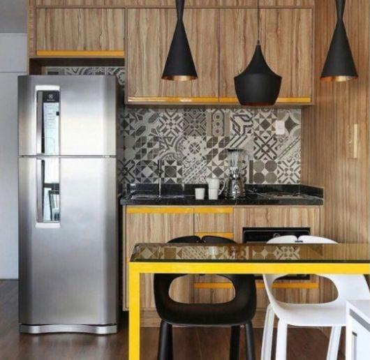 cozinha de madeira com amarelo