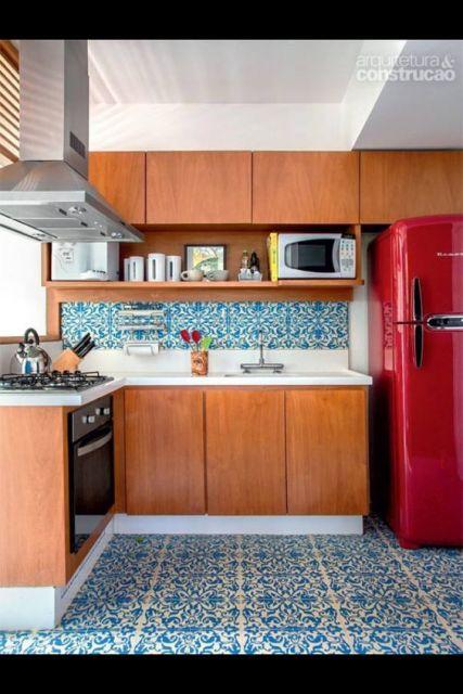 cozinha com geladeira colorida