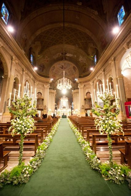 decoração igreja com flores brancas