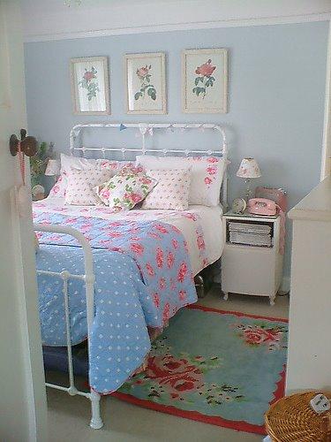 quarto com cama de ferro