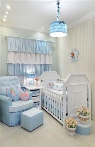 quarto de bebê azul e branco