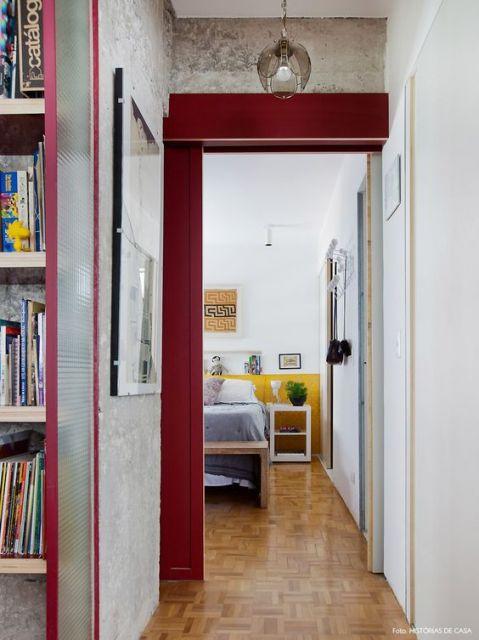 quarto com porta colorida