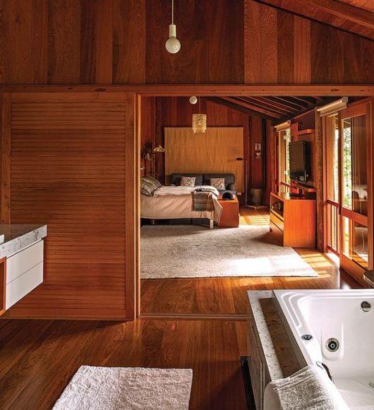 quarto com piso de madeira