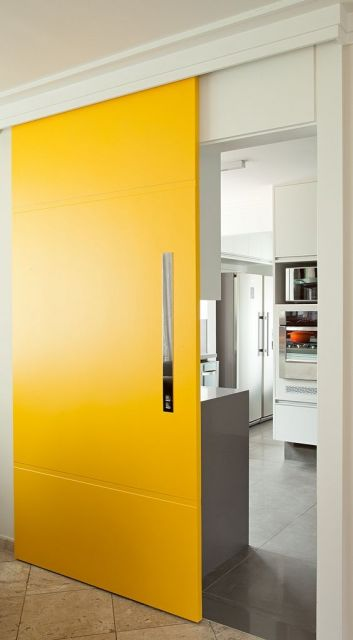 cozinha com porta amarela