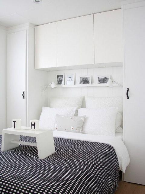 quarto simples com móveis brancos