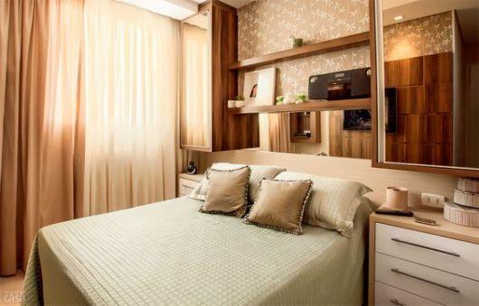 quarto com armários acima da cama
