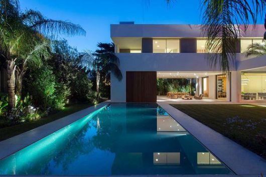 espelho d'água na frente de casa com iluminação contínua azul