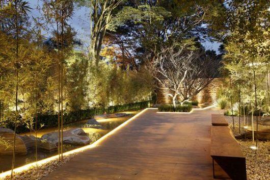 espelho d'água e jardim iluminados