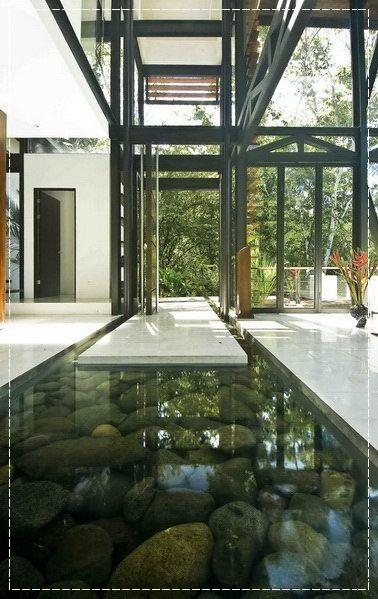 espelho d'água na parte de dentro da porta de casa