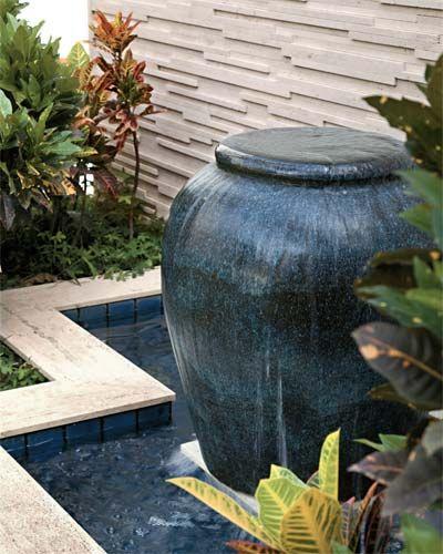 espelho d'água com cascata que imita vaso decorativo