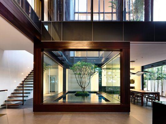 espelho d'água dentro de estrutura de madeira na sala de uma casa