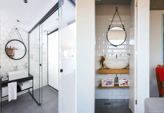 Montagens com espelhos em moldura de couro em diferentes espaços.