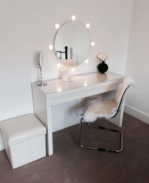 ambiente com parede clean, escrivaninha, dcadeira e puff falso tudo em branco.