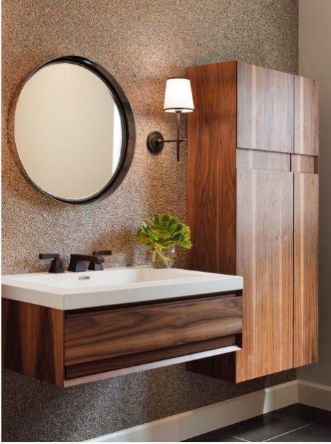 Banheiro de madeira, com espelho tamanho médio.