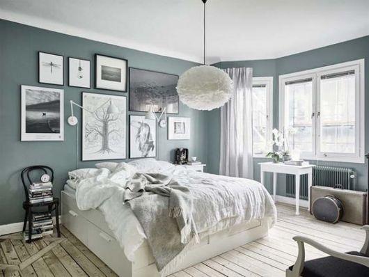 quadros grandes e pequenos sobre cama de casal