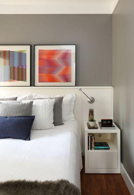 quadros com desenhos gráficos abstratos em quarto de casal