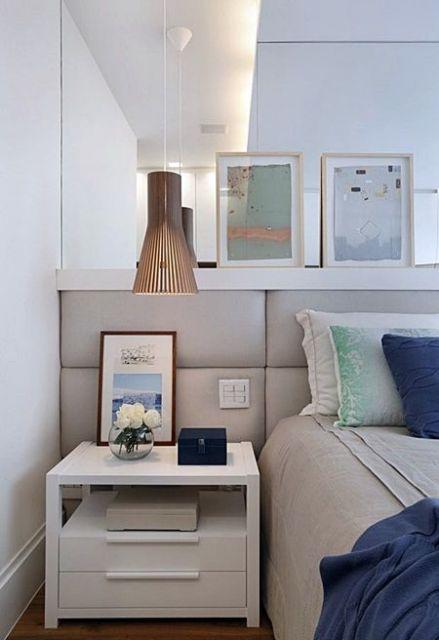 quadros abstratos em parede de espelho em quarto de casal
