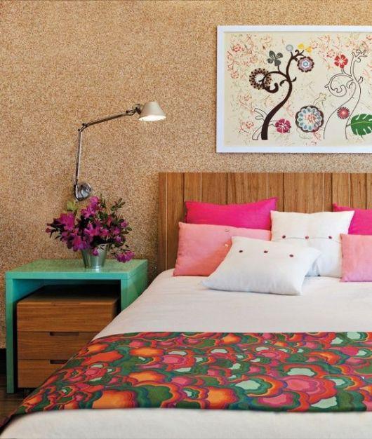 quadro de flores em quarto de casal colorido