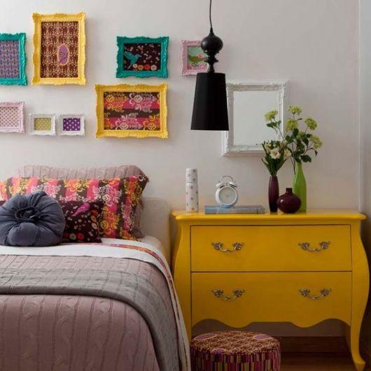 quadros com molduras coloridas em quarto de casal
